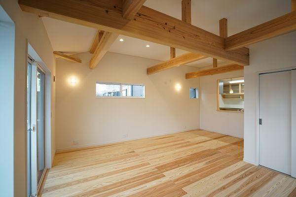 細長い敷地に建つ二階リビングの家
