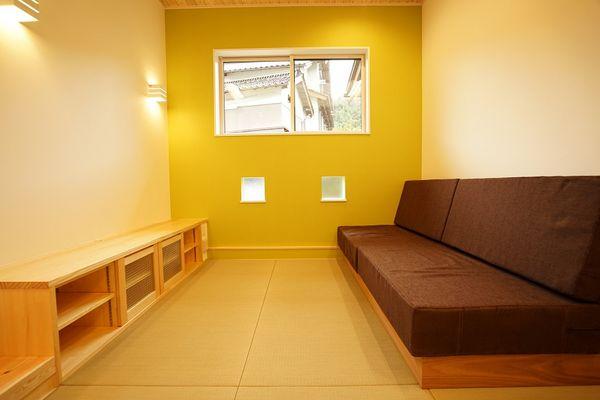 一段下がった畳リビングでゆったりくつろぐ家